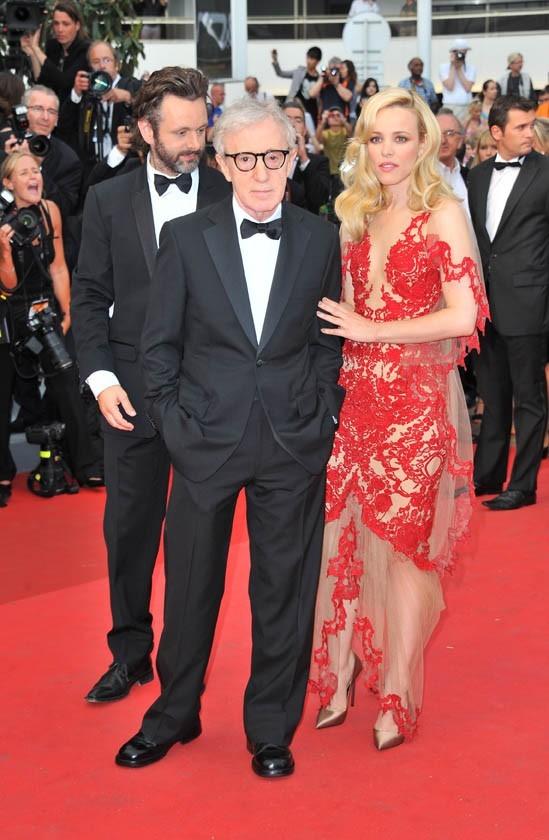 Woody Allen et Rachel McAdams lors de la montée des marches du festival de Cannes, pour le film Midnight in Paris, le 11 mai 2011.