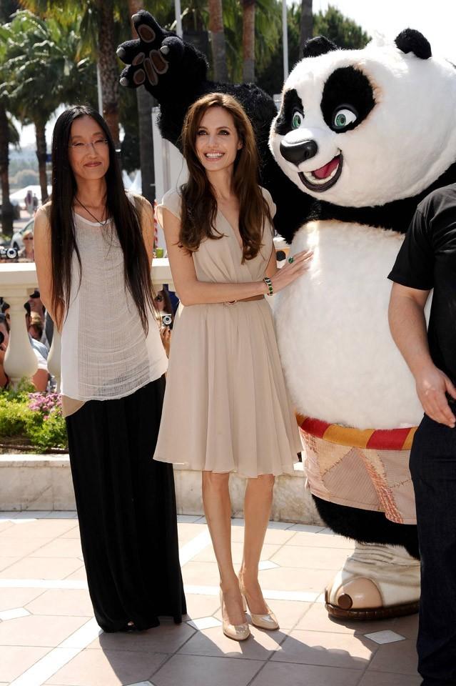 Angelina pose avec le gros panda !