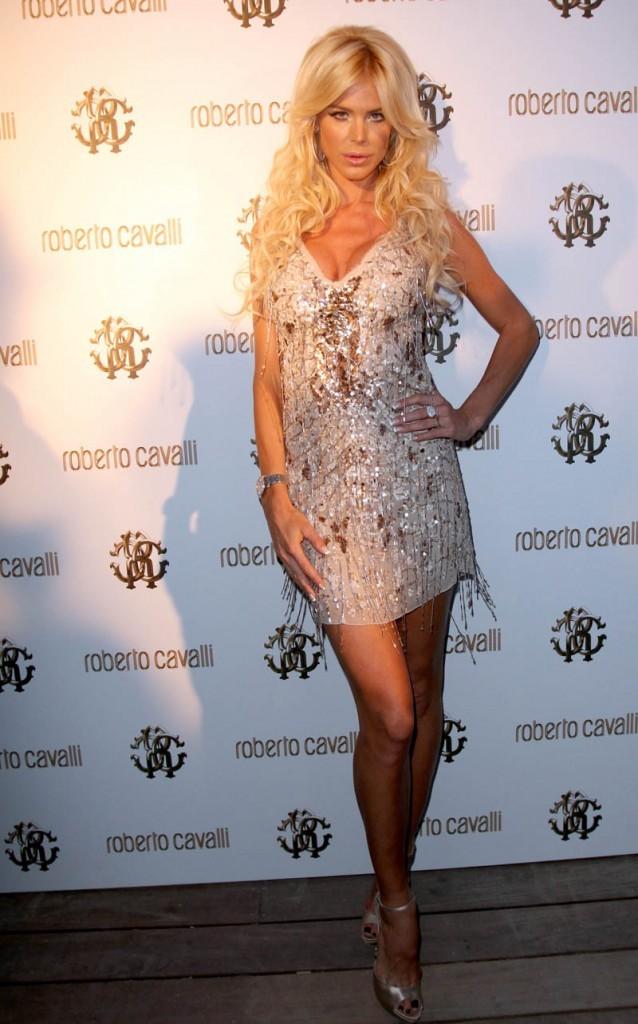 Victoria Silvstedt prend quasiment la même pose que Bar en plus de la robe !