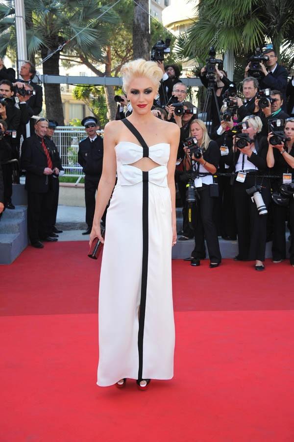 Sculpturale dans sa robe noire et blanche !
