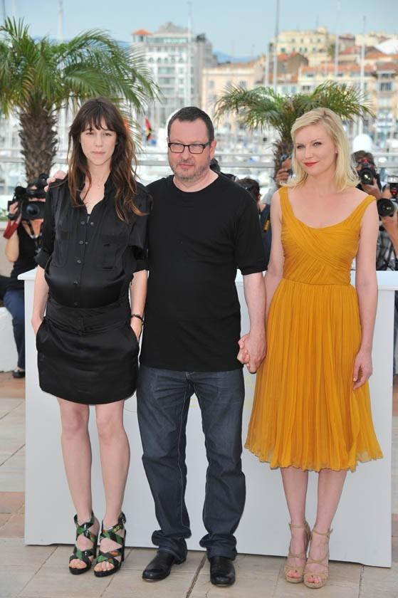 Charlotte Gainsbourg, Lars Von Trier et Kirsten Dunst lors du photocall du film Melancholia à Cannes, le 18 mai 2011.