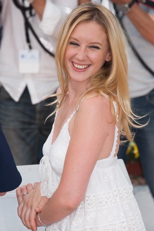 Une robe blanche toute simple...que nous réserve-t-elle pour la montée des marches ?