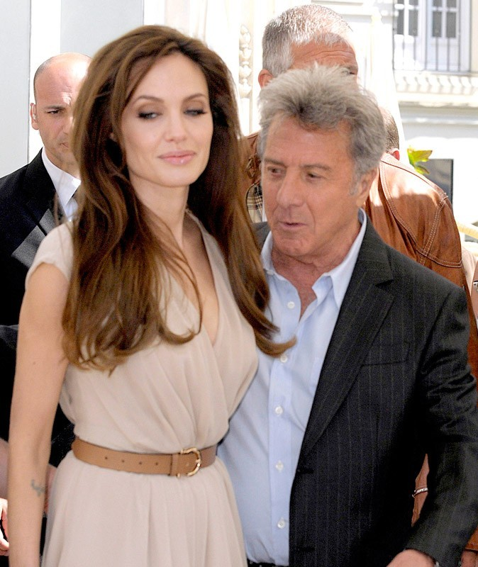 Photos : Cannes 2011 : mais que diable sur quoi Dustin Huffman est-il en train de lorgner... ? Ah oui, le dos d'Angelina Jolie, le coquinou !