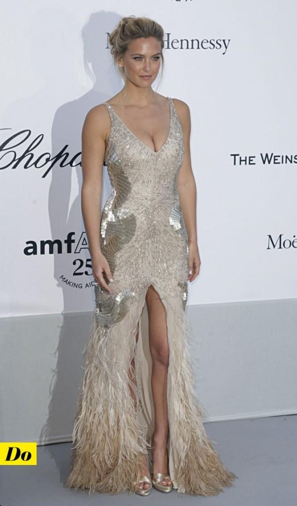 Festival de Cannes 2011 : la robe à plumes fendue de Bar Refaeli