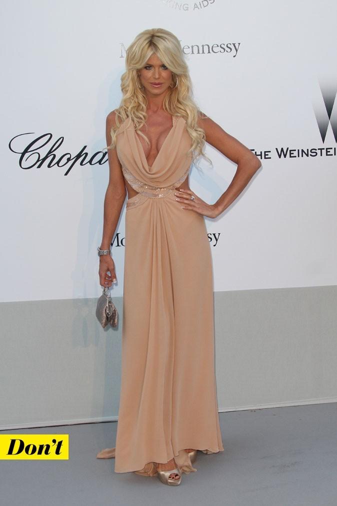 Festival de Cannes 2011 : la robe nude très décolletée de Victoria Silvstedt