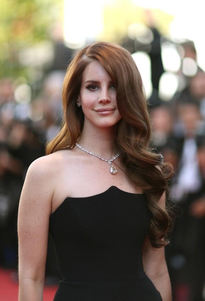 Le lâché de côté bouclé de Lana Del Rey