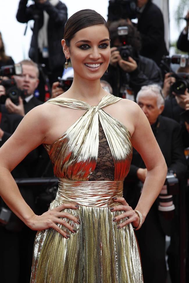 Sculpturale dans sa robe dorée !