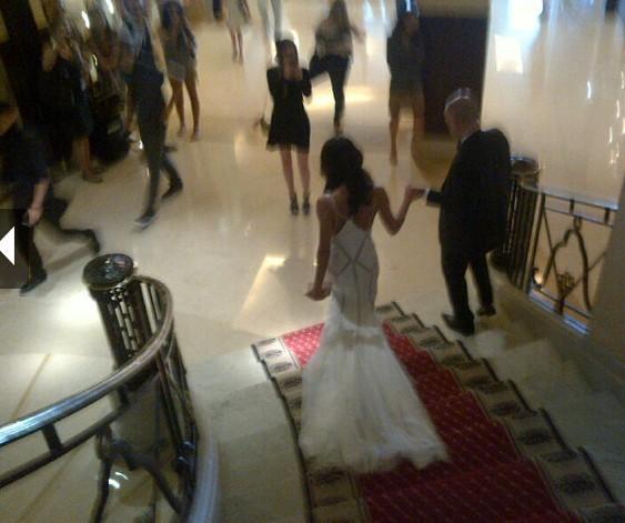 Eva Longoria descend les marches de son hôtel pour se rendre au palais des festivals