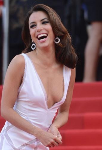 Cannes 2012 : Eva Longoria éblouissante, brillante, aveuglante en blanc pour sa seconde montée des marches !