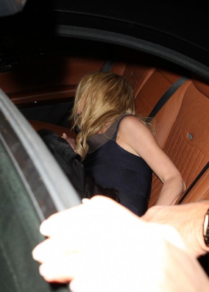 Elle plonge dans la voiture comme sur un lit...