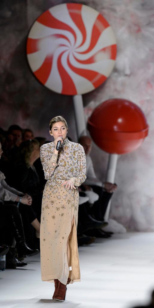 """Louane Emera chante au défilé de la marque """"Fashion ID"""" lors de la fashion week de Berlin, janvier 2016"""