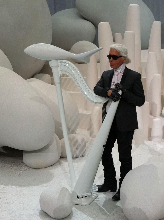 Karl Lagerfeld pose dans le décor