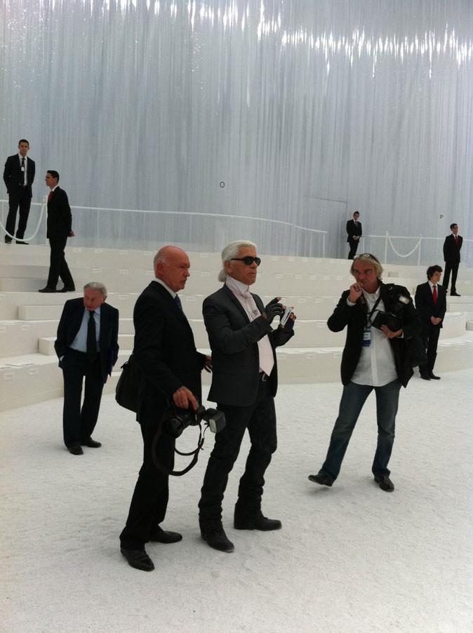 Karl Lagerfeld prend le décor en photo avant le défilé