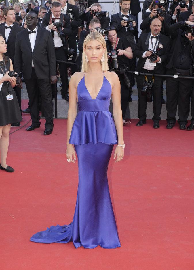 Hailey Baldwin en robe Twinset - Cannes, le 17 mai 2017