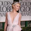Golden Globes 2012 : Charlize Theron : angélique, glam' et sexy... Un pur mélange pour briller sur tapis rouge !