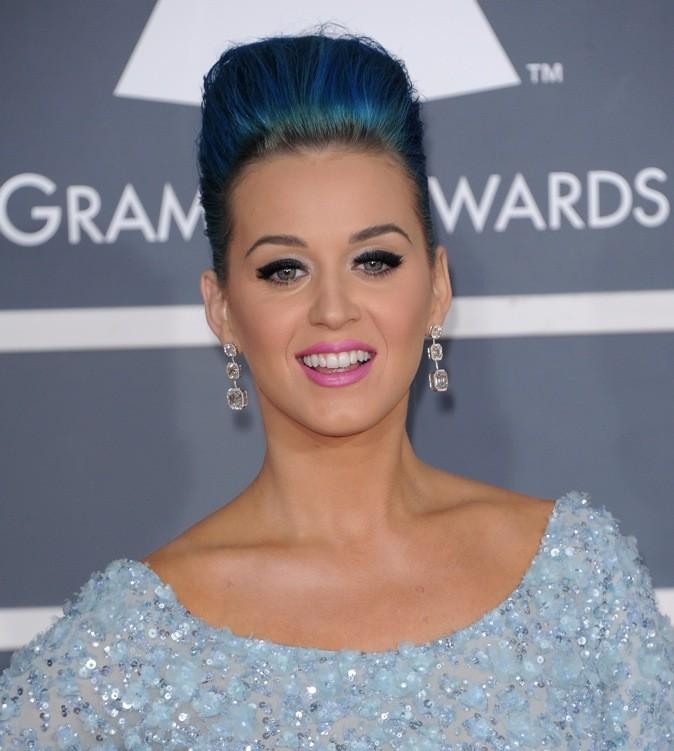 Après le rose Katy passe au bleu! Le pire c'est que ça lui va bien!