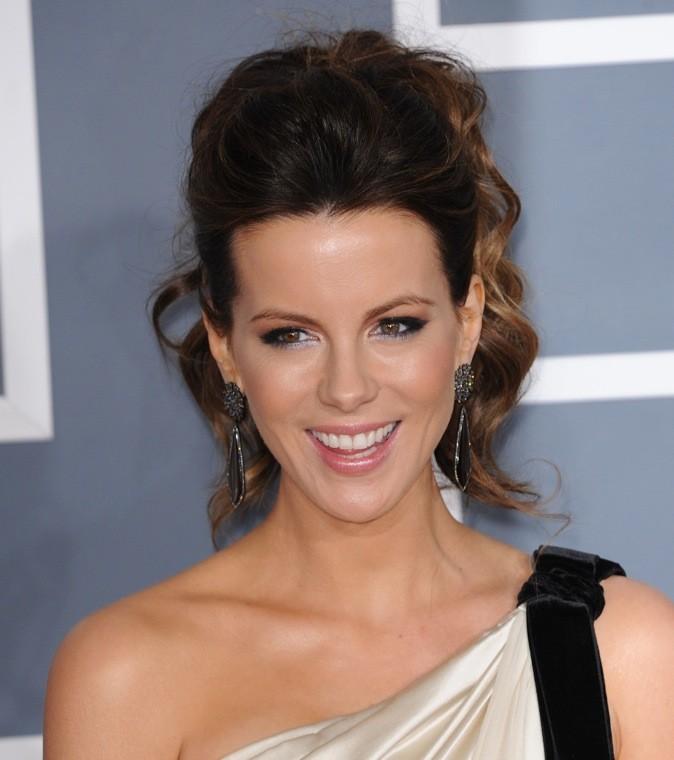 Kate Beckinsale : De beaux cheveux bouclés remontés en chignon façon queue haute! Canon!