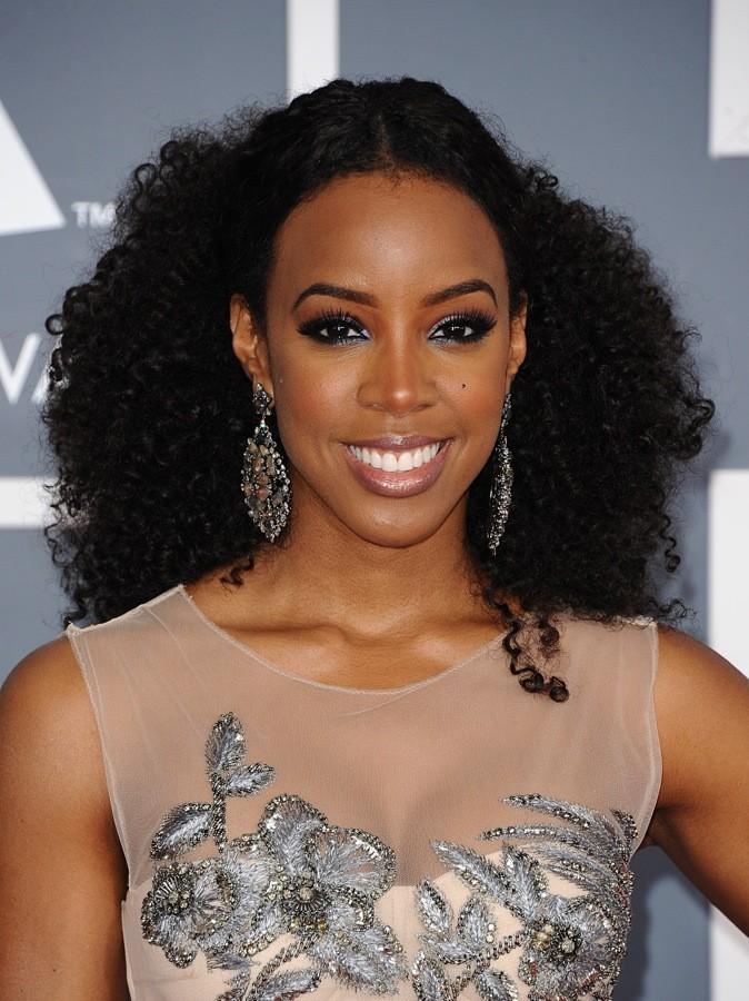 Kelly Rowland : la belle rayonne avec sa jolie chevelure bouclée