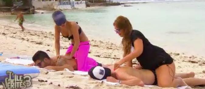 Raphaël ne semble pas être dérangé par le massage d'Aurélie