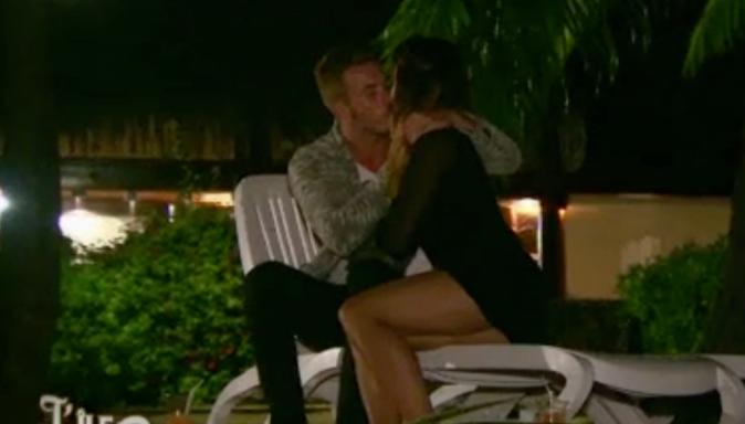 Le baiser entre Manon et Julien