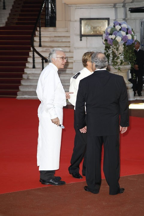 Alain Ducasse, très concentré...il doit nourrir 500 invités !