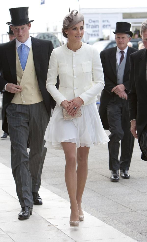 Kate, superbe dans son ensemble blanc, aux côtés du Prince Harry