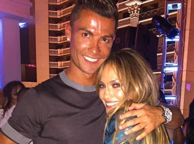 Cristiano Ronaldo très insistant avec un homme pendant l'anniversaire de Jennifer Lopez