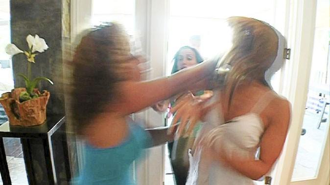 Les Anges de la télé réalité 2 : Monia frappe Daniela au visage !