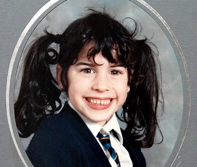 Avec son uniforme d'écolière, Amy, 8 ans, prend la pose !