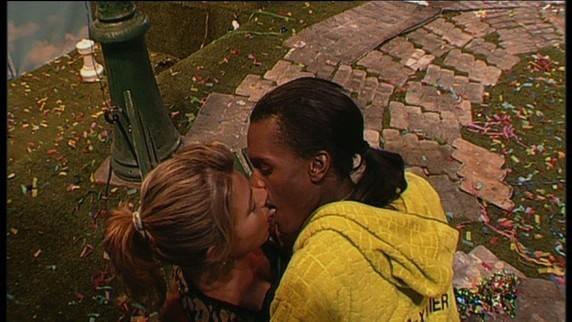 Au point d'échanger un baiser langoureux ...