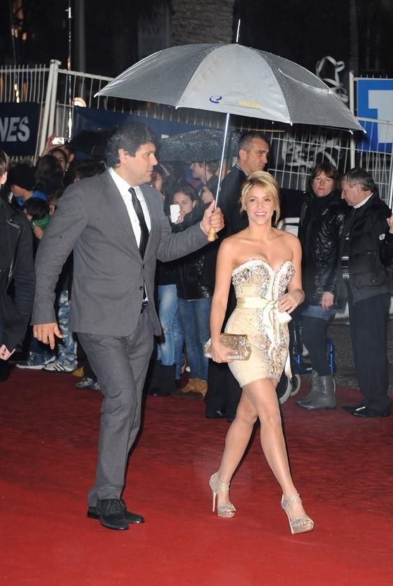 Shakira arrive abritée sous un grand parapluie !