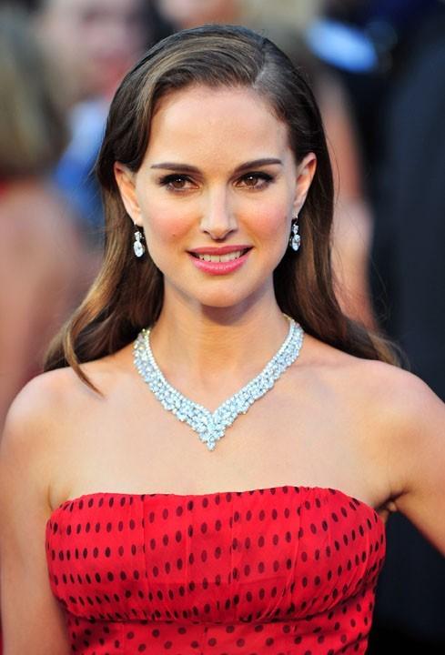 Natalie Portman : Cheveux laqués en arrière et houppe de côté pile dans la tendance
