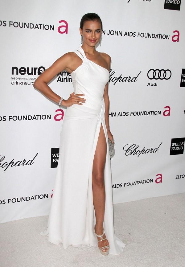 Robe blanche et jambe droite pour Irina Shayk !