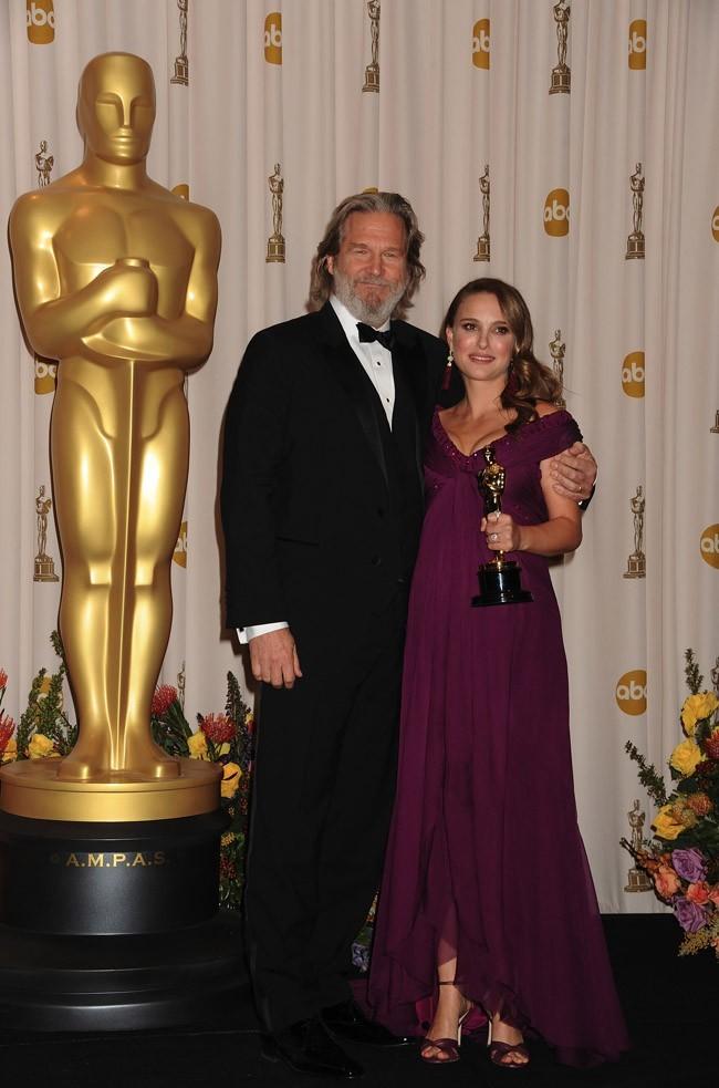 En 2011, c'est elle qui recevait l'Oscar de la Meilleure Actrice !