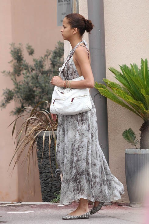 Le bas de sa robe au vent ...