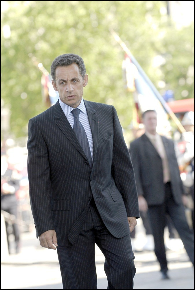 En juin 2006 : cravate sobre et costume à fines rayures