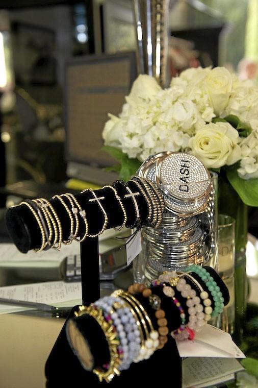 Les Kardashian vendent même les bracelets de la collection de leur amie Nicole Richie ! Sympa!