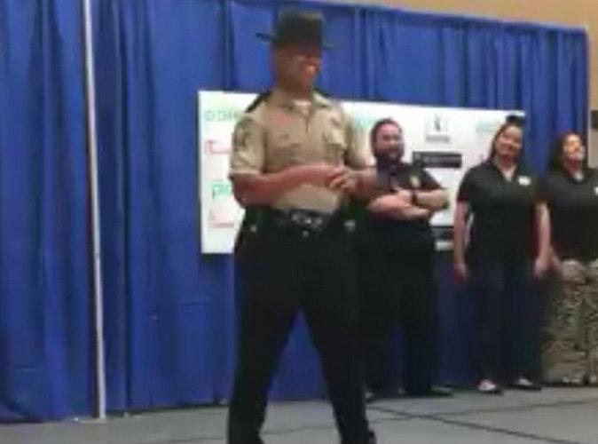 Public Buzz : un policier poss�d� par le saint-esprit de Beyonc� !