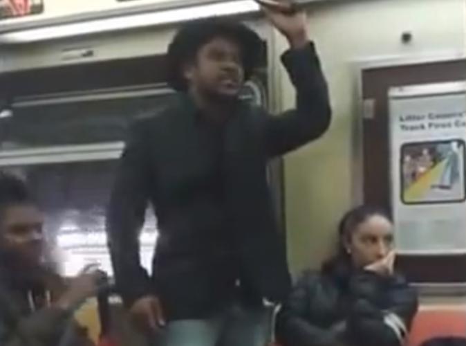 #PublicBuzz : Vidéo : Un inconnu prend la défense d'une jeune femme qui se dispute avec son petit-ami !