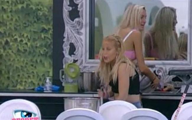 Sabrina continue son ménage, l'air de rien !