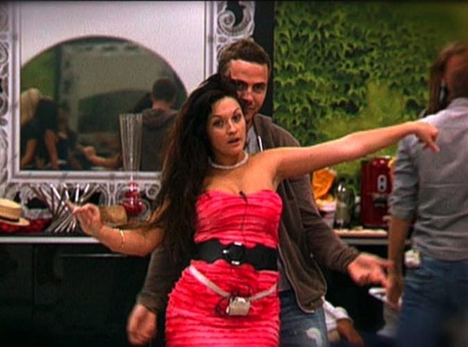 Photos : Jonathan a droit à une danse sexy par Julie !
