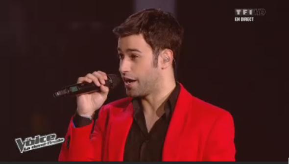 Veste rouge, chemise noire pour Anthony Touma !