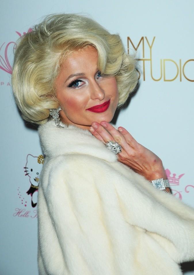 Une Marilyn Monroe un brin bimbo, SVP! Voici Paris Hilton, jolie comme tout. Top !
