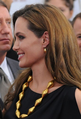 Angelina Jolie de face ou de profil ?