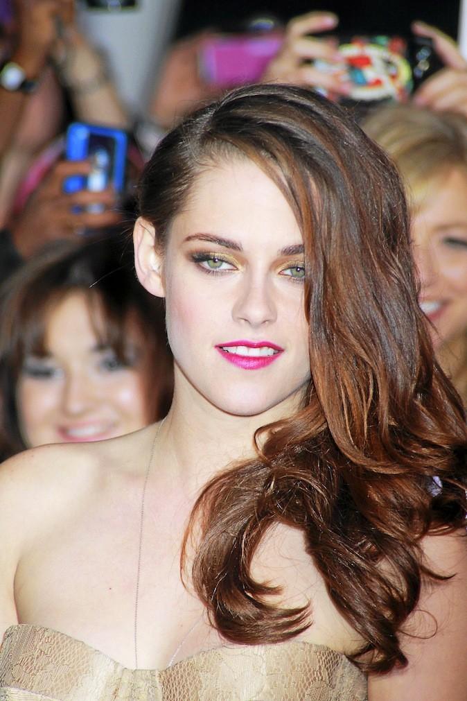 11/12/12 Avec ses longs cheveux aux reflets roux, Kristen adopte le style glamour et ça marche!