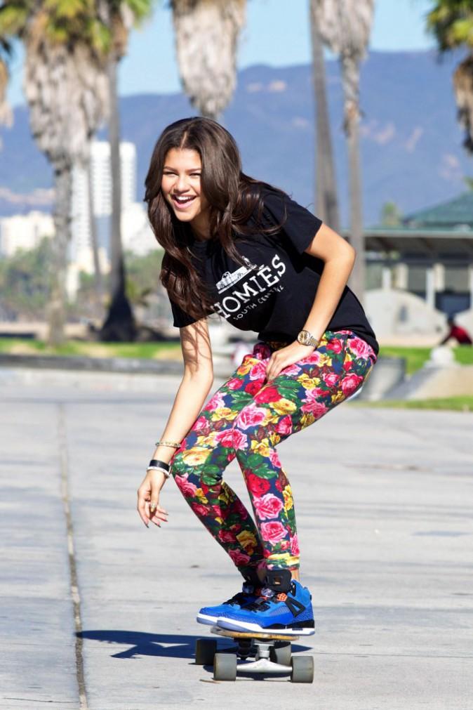 Zendaya: Le vélib'? So 2013... Le skate, un bon moyen de s'entraîner pour le Surfset. Toutes à vos skates !