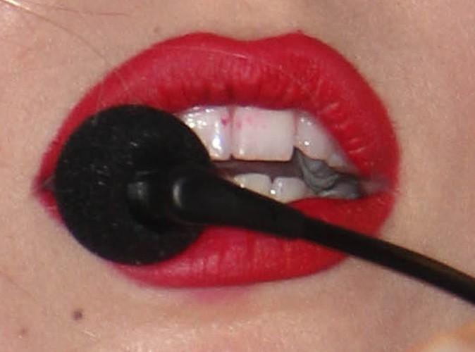 A qui appartiennent ces dents tachées de rouge à lèvres ?