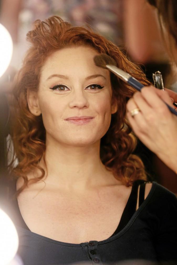 3 >> Un blush bonne mine Avec un blush de couleur abricot, structurer le visage en insistant sur le haut des pommettes.