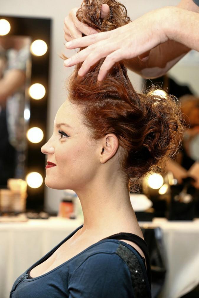 5 >> Travaillez la coque Prenez la mèche du dessus et fixez-la en créant un peu de volume pour donner un petit côté rétro à la coiffure.