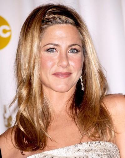 Jennifer Aniston : ses cheveux longs avec une tresse hairband en février 2009